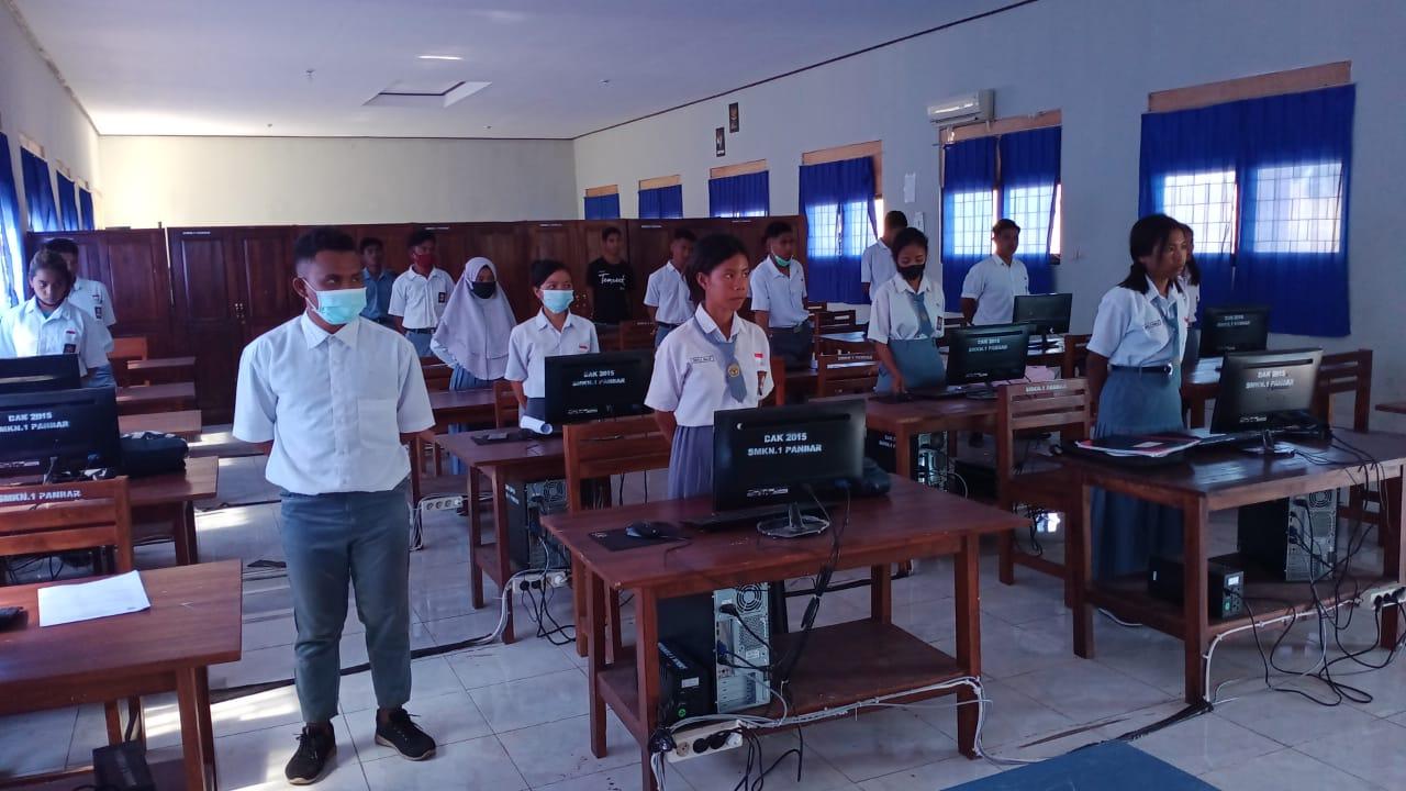 Kepala SMKN 1 Pantai Baru Melepas Puluhan Siswa yang Akan Melaksanakan PKL